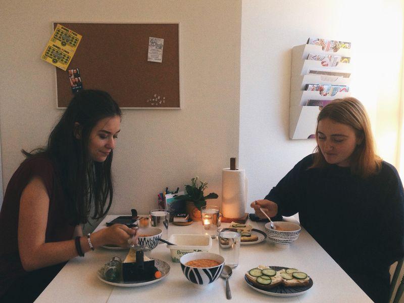 Två personer äter soppa vid ett litet bord.
