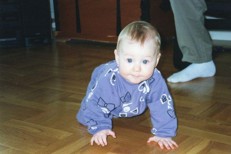 Bebis kryper på golv.
