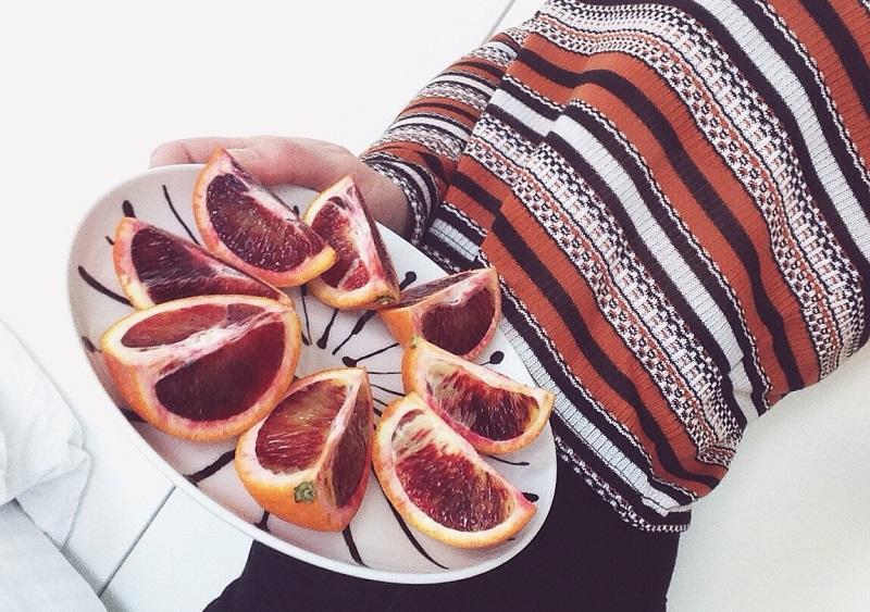 Blodapelsin på en assiet.