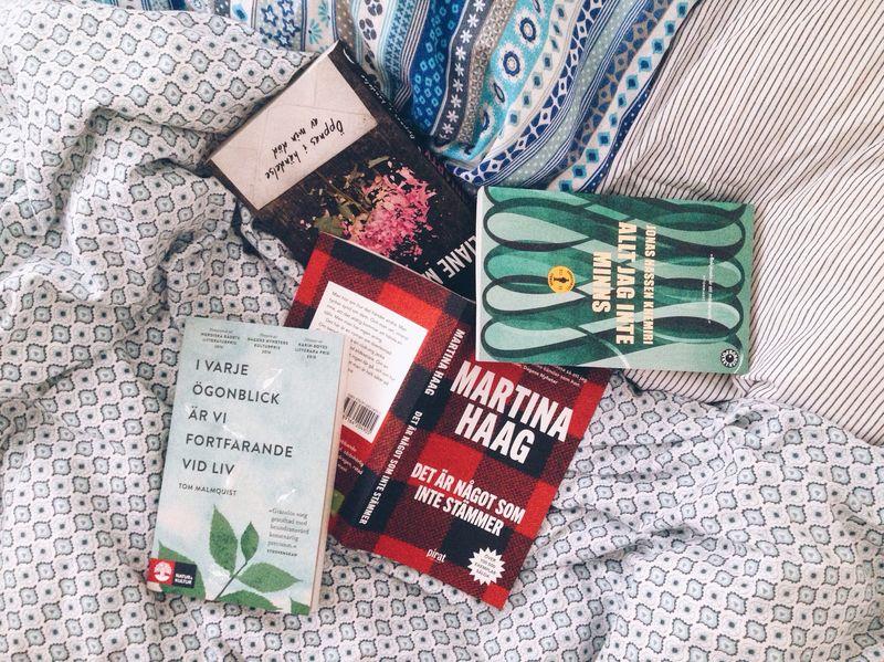 Böcker på en säng.