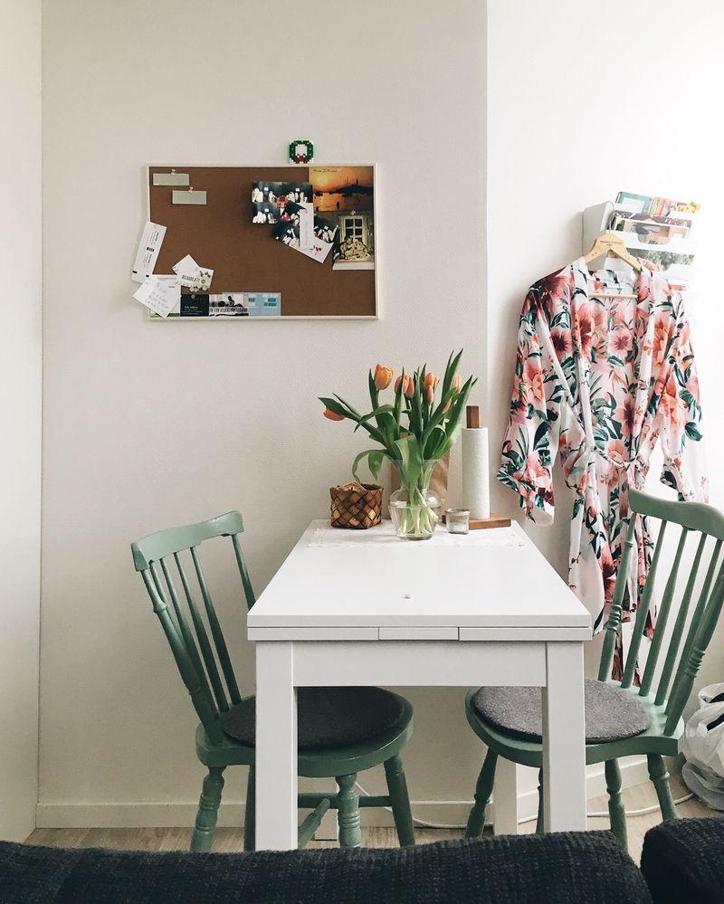 Litet bord med stolar i en liten lägenhet.