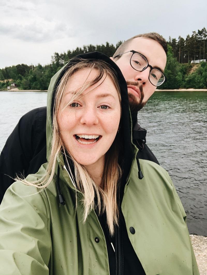 Ellen och Måns i regnkläder.