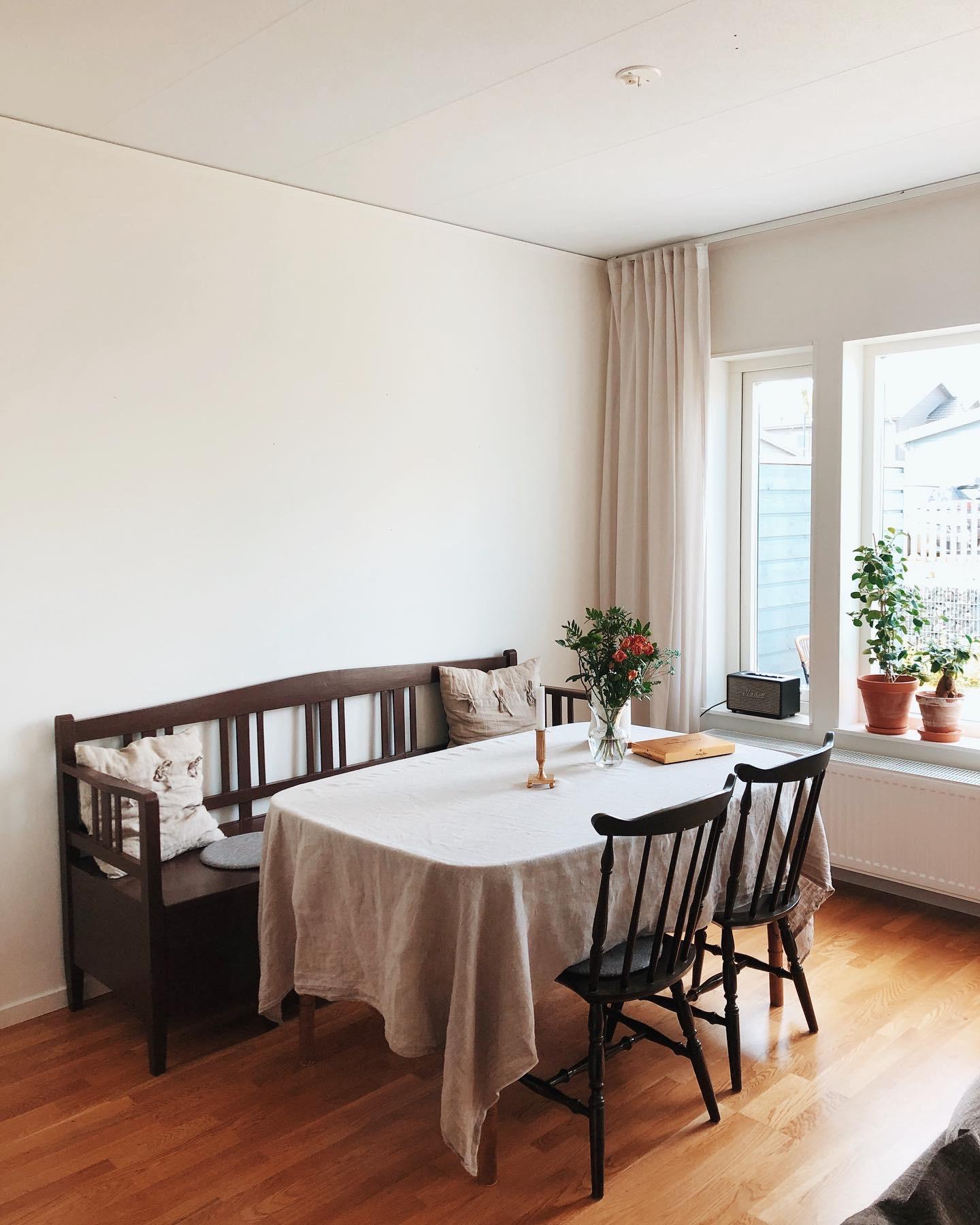 Matbord, stolar och kökssoffa vid en matplats